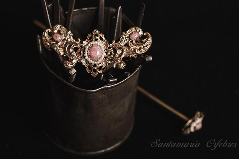 Aplique cuello, modelo Carmencita montado en piedra Rodocrosita y perlas cultivadas.