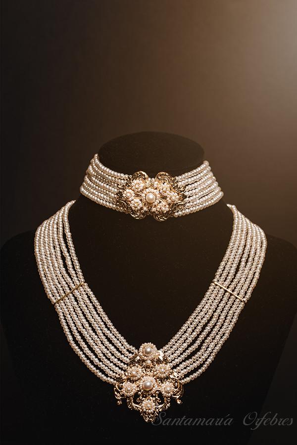 Collar de perlas cultivadas, su pieza central hace juego con Aderezo Racimo.